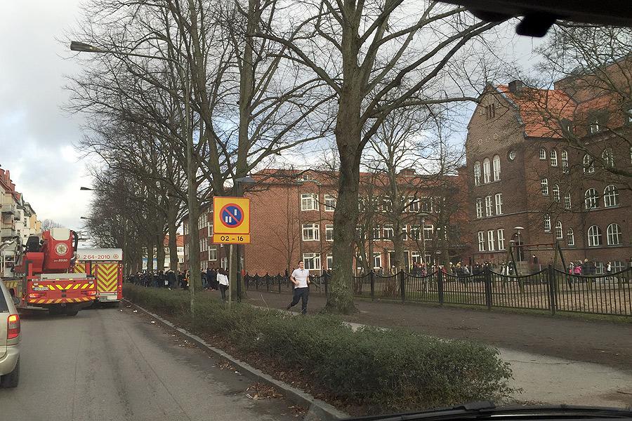 För en kort stund rådde kaos utanför Dammhagskolan då någon tänt eld på en lövhög.